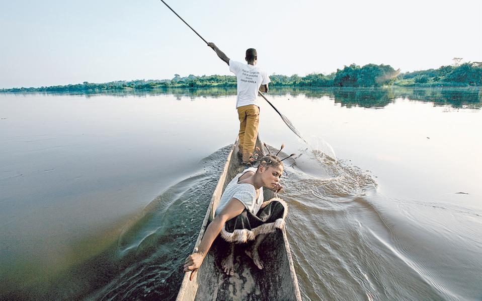 Κωπηλατώντας στον ποταμό Κόνγκο της Λαϊκής Δημοκρατίας του Κονγκό. Μετά τον Αμαζόνιο, είναι ο ποταμός που διοχετεύει τον Ατλαντικό με το περισσότερο γλυκό νερό στον πλανήτη.