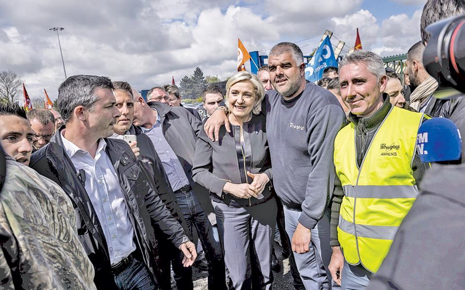 Η προεδρική υποψήφια του Εθνικού Μετώπου Μαρίν Λεπέν ποζάρει ανάμεσα σε οπαδούς της και εργαζομένους στη βιομηχανία Whirlpool, στην Αμιένη, γενέτειρα του ανθυποψηφίου της Εμανουέλ Μακρόν.