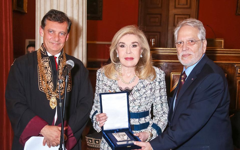 Η κ. Μαριάννα Βαρδινογιάννη παρέλαβε το βραβείο από τον πρύτανη και τον καθηγητή της Ιατρικής κ. Γ. Χρούσο.