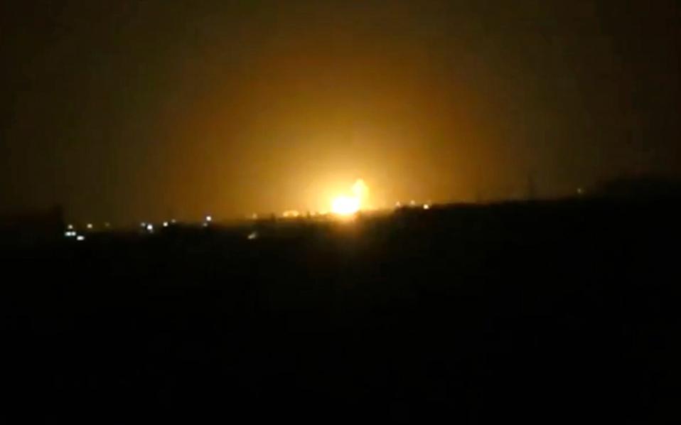 Φλόγες υψώνονται από περιοχή κοντά στο αεροδρόμιο της Δαμασκού, ύστερα από ισραηλινή επίθεση.