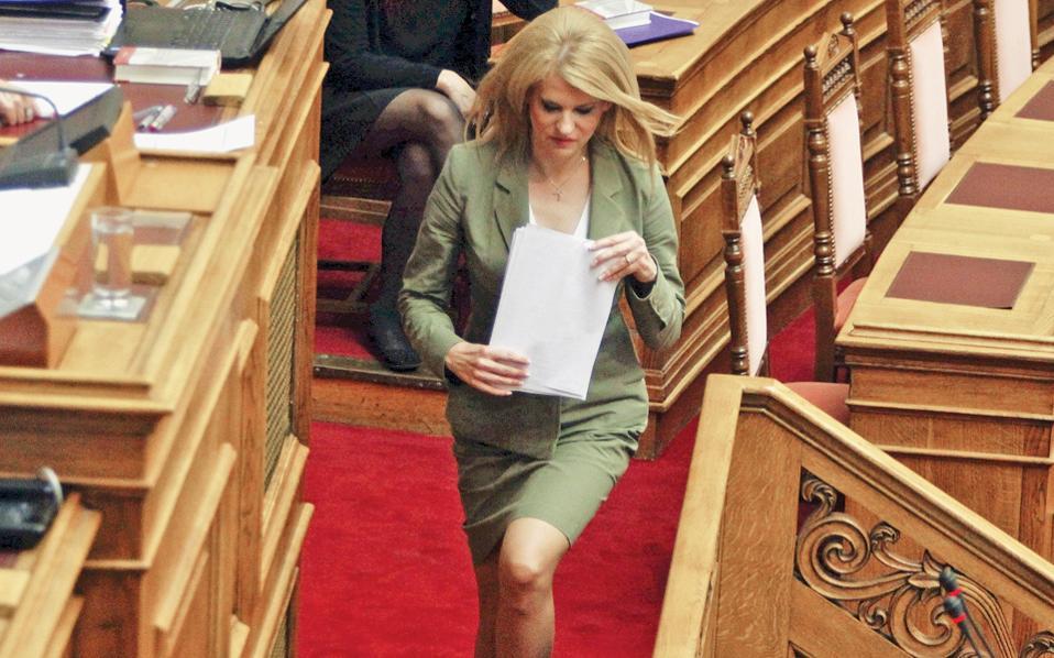 Με την κομψότητά της, η Θεοδώρα Τζάκρη μας δείχνει πώς το ΠΑΣΟΚ προσπαθεί να εκπολιτίσει τον ΣΥΡΙΖΑ (δηλαδή να επιταχύνει τον εκπασοκισμό του), αλλά δεν τα καταφέρνει.