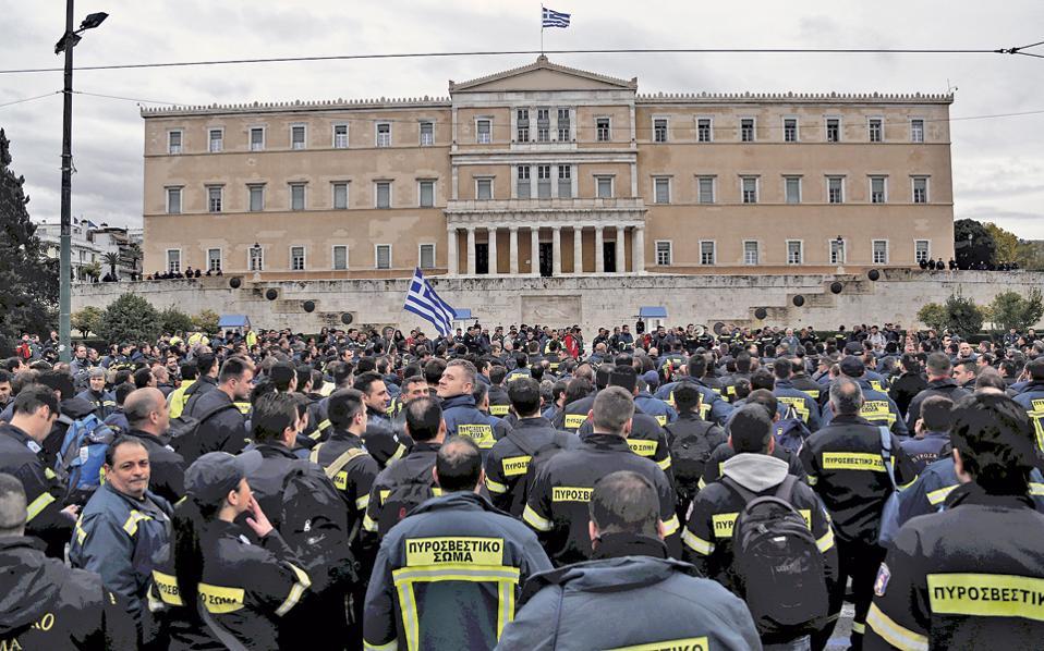 Διαμαρτυρία πυροσβεστών έξω από τη Βουλή, τον περασμένο Φεβρουάριο. Ως επικρατέστερο σενάριο φέρεται η κατάρτιση νομοθετικής ρύθμισης για συγκεκριμένες κατηγορίες συμβασιούχων.