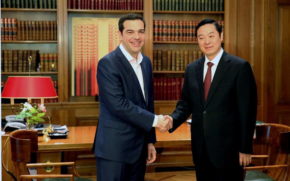 Τον κ. Λιου Κιμπάο, μέλος του Πολιτικού Γραφείου της Κεντρικής Επιτροπής του Κ.Κ. Κίνας, αρμόδιο για θέματα πολιτισμού και επικοινωνίας, υποδέχθηκε χθες στο Μέγαρο Μαξίμου ο πρωθυπουργός Αλ. Τσίπρας.