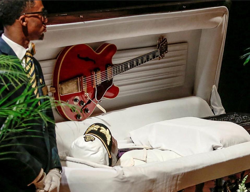 «Μαζί σου θα τα πάρεις;». Το λέμε συχνά πυκνά για να θυμόμαστε την θνητότητά μας, καθώς και ότι τα υλικά αντικείμενα δεν μπορούν να μας συνοδεύσουν εκεί που πάμε. Στην κλασική ερώτηση όμως ο Chuck Berry μάλλον απάντησε «ναι» καθώς αντί να δει την αγαπημένη του κιθάρα σε κάποια δημοπρασία και τα κέρδη να τα μοιράζονται αξιαγάπητοι συγγενείς, προτίμησε να την πάρει μαζί του.  REUTERS/Lawrence Bryant