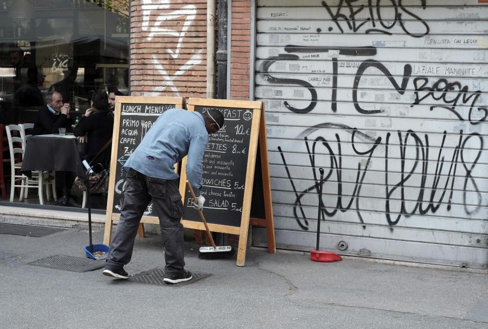 Συμμετέχοντας στην πόλη. Την Ρώμη αποφάσισαν να καθαρίσουν οι μετανάστες που ακόμη περιμένουν να αποκτήσουν νόμιμα χαρτιά. Ετσι πήραν σκούπα και φαράσι για να καταπολεμήσουν την ανία της αναμονής, με τους καταστηματάρχες να δηλώνουν ευγνώμονες για την προσφορά. EPA/LUCIANO DEL CASTILLO