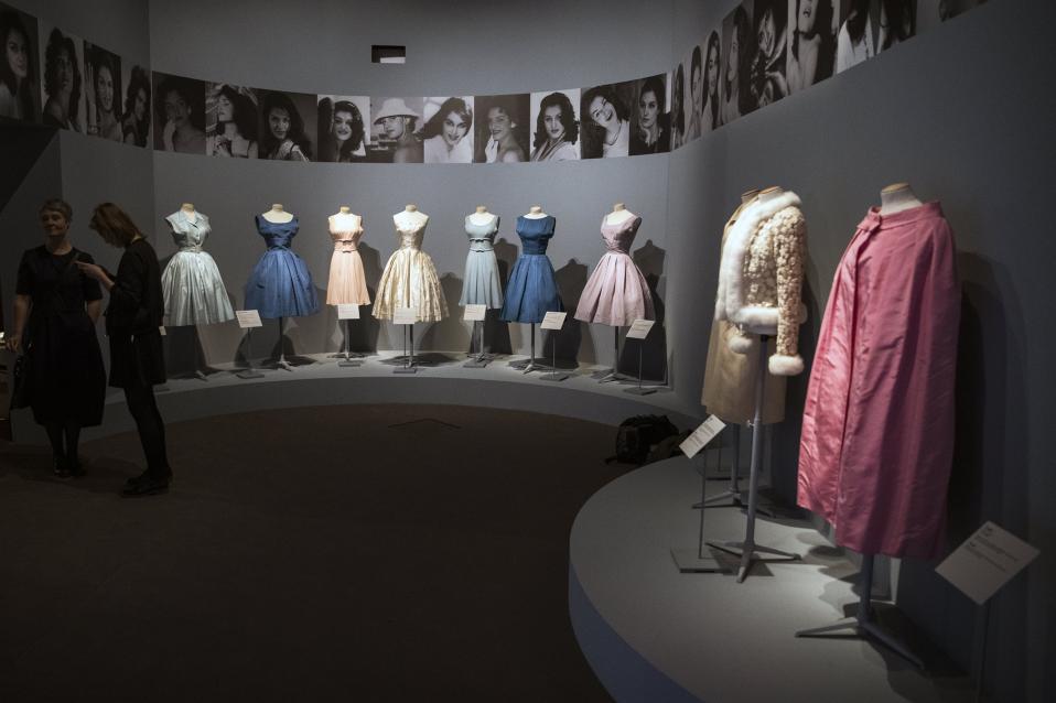 Αγαπημένη Dalida. Με μια ταινία να προβάλλεται αυτήν την εποχή για την ζωή της και το πέρασμα του χρόνου να ενισχύει την νοσταλγία, ήταν θέμα χρόνου να γίνει και μια έκθεση για την πονεμένη τραγουδίστρια. Στο Galliera Museum του Παρισιού βρήκαν στέγη οι χρυσοποίκιλτες τουαλέτες της γεννημένης στην Αίγυπτο, Γαλλίδας τραγουδίστριας  με τίτλο «Dalida, from the scene to the city wardrobe». EPA/ETIENNE LAURENT