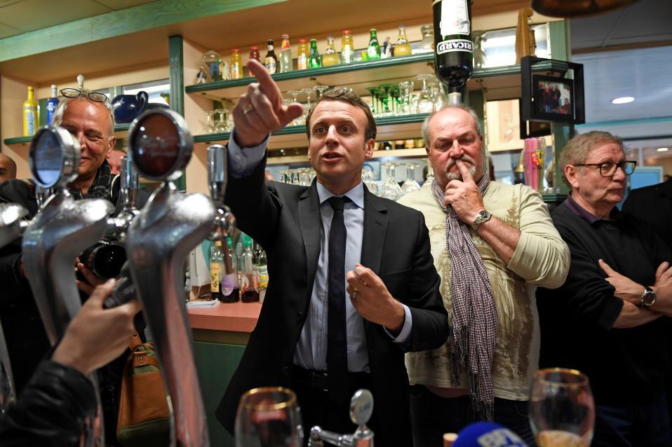Ανθρωποι του λαού 2. Η ακόμα, αν γίνεις ένας από τους νεότερους προέδρους στην Γαλλία, θα σε ενδιέφερε να σερβίρεις μπίρες τους συνεργάτες σου; Στην φωτογραφία o Emmanuel Macron  σε επαφή με τους επίδοξους ψηφοφόρους του σε μπαρ στο Bully-les-Mines.   REUTERS/Eric Feferberg/Pool