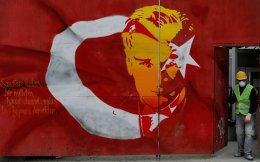Η τουρκική σημαία διακοσμημένη με το πορτρέτο του ιδρυτή της Τουρκικής Δημοκρατίας Κεμάλ Ατατούρκ σε δρόμο της Κωνσταντινούπολης. Η χώρα βρίσκεται στο κατώφλι μιας ιστορικής πολιτειακής αλλαγής.