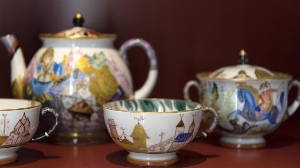 Εύθραυστη τέχνη. Πάνω σε λεπτή λευκή πορσελάνη έχουν ζωγραφιστεί εικόνες από Ρώσικα παραμύθια από την Tamara Nikolayevna Bezpalova-Mikhaleva. Στο Τoy Worlds Museum της Ελβετίας παρουσιάζονται υπέροχα αντικείμενα από πορσελάνη της περιόδου 1917 έως το 1927 με υπογραφές μεταξύ άλλων, των Malevitch και Kandinsky. EPA/GEORGIOS KEFALAS