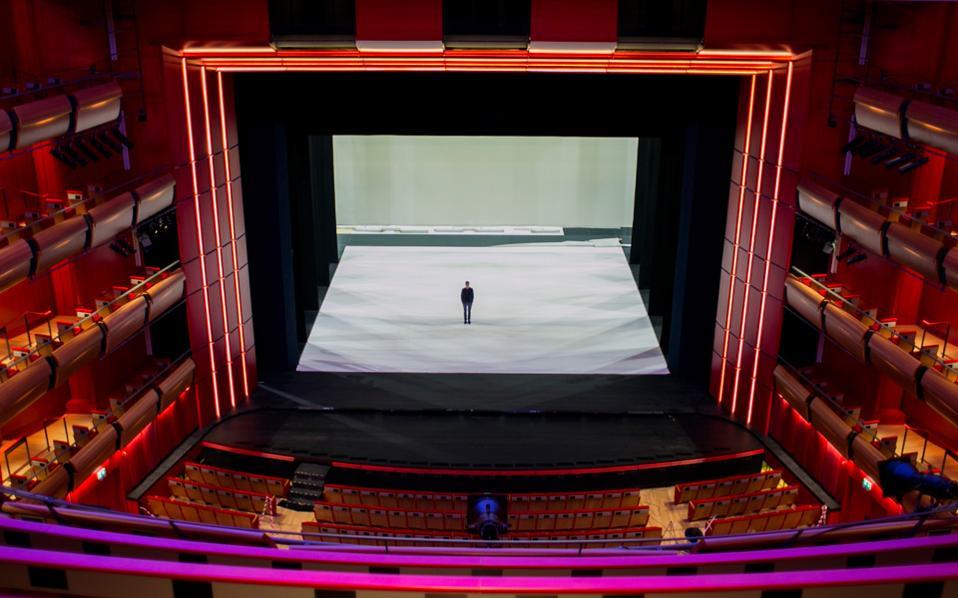 Ο Γιώργος Κουμεντάκης ως μοναχική φιγούρα στην Κεντρική Σκηνή της Εθνικής Λυρικής Σκηνής. Εχει αναλάβει την καλλιτεχνική διεύθυνση με το όραμα να προκαλέσει νέα δημιουργία. Οι φωτογραφίες είναι της Ελισάβετ Μωράκη.