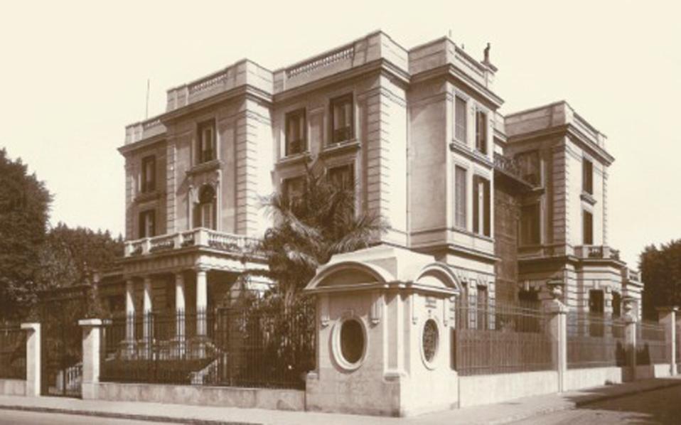 Μεταξωτά υφάσματα και αντικείμενα που κάποτε κοσμούσαν το «παλάτι» της Αργίνης Σαλβάγου, δημοπρατούνται στο Λονδίνο την ερχόμενη εβδομάδα. Εδώ και καιρό τα αντικείμενα αυτά δεν ανήκουν στους απογόνους της.