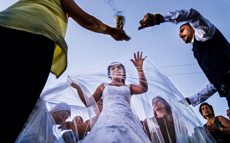 Παραδοσιακός γάμος Αλεβιτών στην επαρχία Τουντσελί στην ανατολική Τουρκία. Το έθιμο θέλει τους καλεσμένους να επισκέπτονται το σπίτι του ζευγαριού υπό τους ήχους μουσικής και στη συνέχεια ο χορός καταλήγει στο κέντρο του χωριού. Η εικόνα και ο ενθουσιασμός δεν διαφέρουν ιδιαίτερα από γάμο στην ελληνική επαρχία.© Νίκος Πηλός