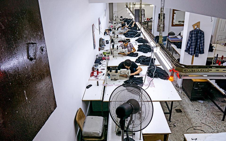 Εξαιτίας του υψηλότατου ποσοστού ανεργίας που αντιμετωπίζουν οι Αλεβίτες, συχνά καταλήγουν να απορροφώνται σε μία από τις δεκάδες μικρές βιοτεχνίες που βρίσκονται στη συνοικία Okmeydani. Δουλεύουν 12 ώρες τη μέρα για 400 ευρώ τον μήνα. Οταν το κόκκινο φως σβήσει, σημαίνει ότι αρχίζει το δεκάλεπτο διάλειμμα. Οταν ανάψει ξανά, όλοι πρέπει να επιστρέψουν στις θέσεις τους. © Νίκος Πηλός