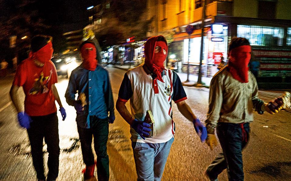 Νεαροί Αλεβίτες με μολότοφ ανά χείρας, μέλη της ακροαριστερής οργάνωσης DHKP-C, περπατούν στη συνοικία Γκαζί. Είναι η επέτειος του θανάτου του Αλεβίτη ακτιβιστή Χασάν Φερίτ, ο οποίος σκοτώθηκε από εμπόρους ναρκωτικών. © Νίκος Πηλός