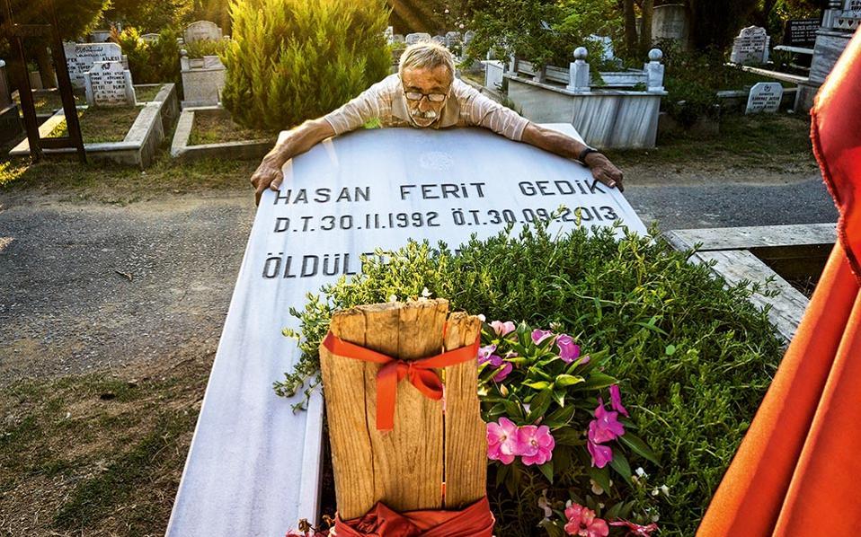 Τραγική σκηνή, με τον Μουσταφά Γκεντίκ να αγκαλιάζει τον τάφο του εγγονού του Χασάν Φερίτ, που σκοτώθηκε παλεύοντας κατά των ναρκωτικών. © Νίκος Πηλός