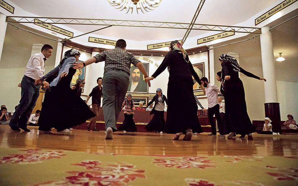 Προσευχή και χορός σε τσεμεβί της Κωνσταντινούπολης. Η εικόνα του Αλί διακρίνεται στο βάθος. © Νίκος Πηλός