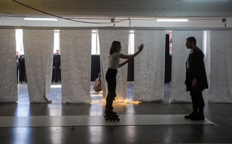 Η παράσταση  «Θεία Κωμωδία» είναι χειμαρρώδης, υπερπλούσια, ένας στροβιλισμός ποιητικών ροών. Στη φωτογραφία, στιγμιότυπο από τις πρόβες.