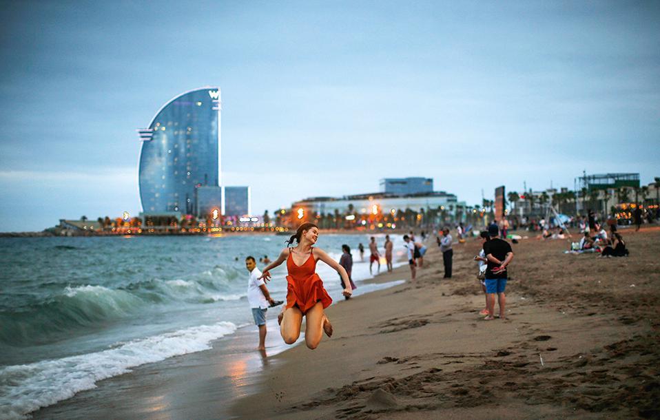 Πόζες, εξωστρέφεια και ανοιξιάτικα καρδιοχτύπια στην αμμουδιά της Barceloneta. (Φωτογραφία: AP Photo/Manu Fernandez)