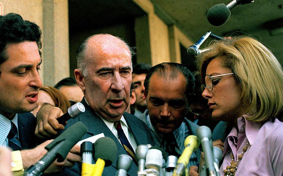 Ο πρώην γενικός εισαγγελέας των ΗΠΑ, Τζον Μίτσελ, απαντά σε ερωτήσεις δημοσιογράφων έξω από το Ομοσπονδιακό Δικαστήριο των ΗΠΑ, όπου κατέθεσε για το σκάνδαλο Γουότεργκεϊτ, το 1973. (AP Photo)