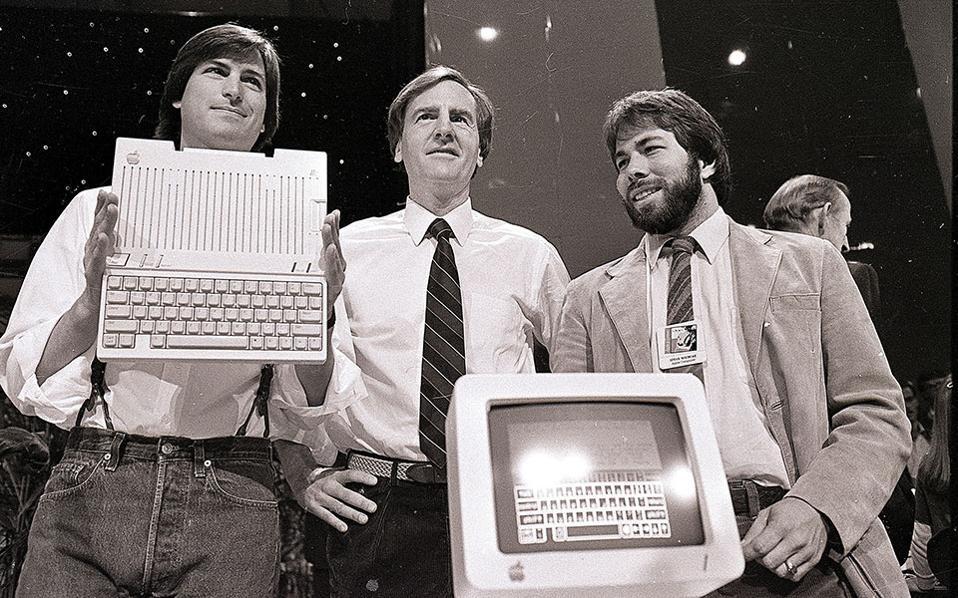 Ο Στιβ Τζομπς, πρόεδρος της Apple Computers, ο Τζον Σκάλι, διευθύνων σύμβουλος, και ο Στιβ Γόζνιακ, συνιδρυτής της εταιρίας, παρουσιάζουν τον νέο υπολογιστή της Apple, στο Σαν Φρανσίσκο, το 1984. (AP Photo/Sal Veder)