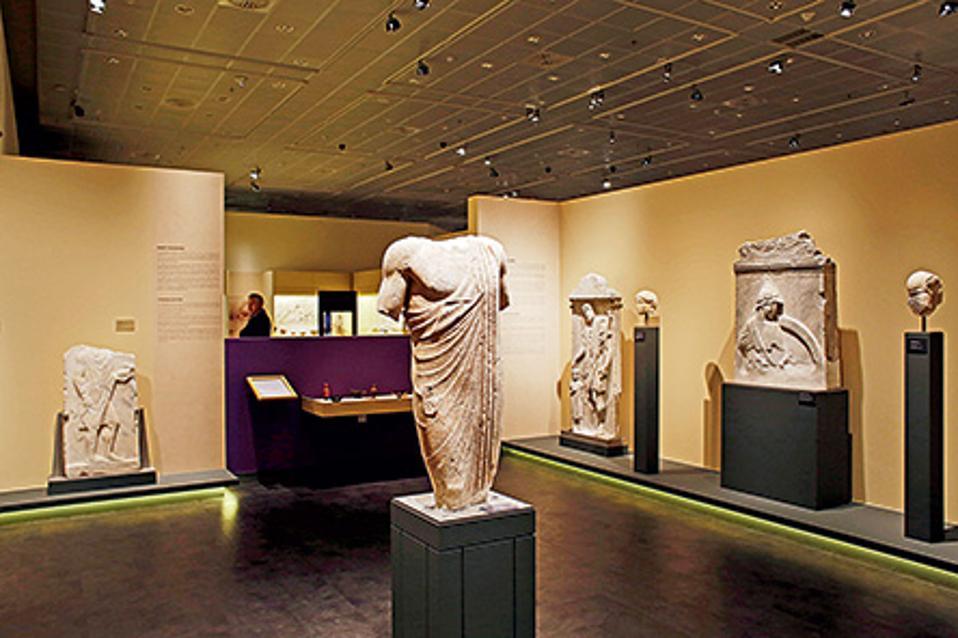 Το Διαχρονικό Μουσείο Λάρισας φιλοξενεί εκθέματα από την Παλαιολιθική Εποχή έως τα οθωμανικά χρόνια.  (Φωτογραφίες: NIKOΣ ΚΟΚΚΑΣ)