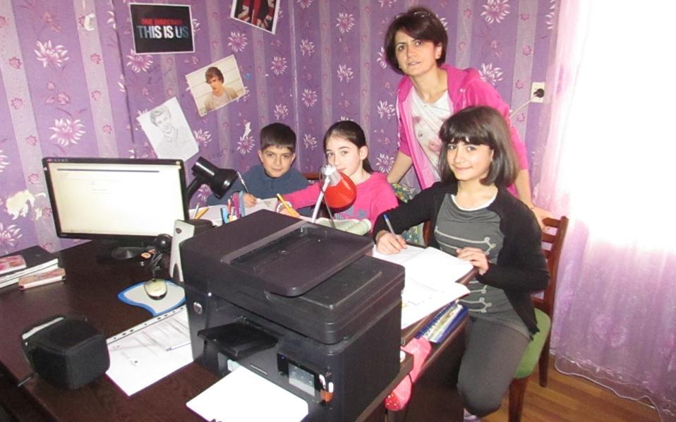 Η Elizo Basheleishvili στο φροντιστήριό της με μαθητές.