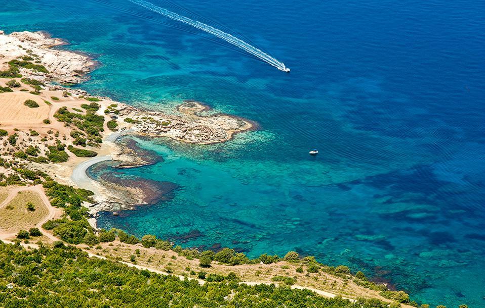 Η βόρεια ακτή της χερσονήσου και στο βάθος  η παραλία Blue Lagoon. (Φωτογραφία: GETTY IMAGES/IDEAL IMAGE)