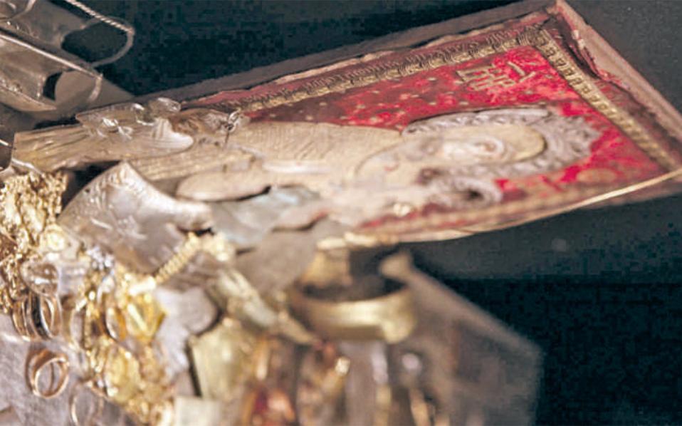 Το κύκλωμα μετέφερε τα χρυσά τάματα στην Τουρκία για λιώσιμο και καθαρισμό και στη συνέχεια απέδιδαν το χρυσάφι (σε πλάκες) σε εκκλησιαστικό ίδρυμα.