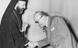 Παρά τις θερμές χειραψίες, οι σχέσεις του πρωθυπουργού Στέφανου Στεφανόπουλου και του Αρχιεπισκόπου Μακαρίου παρέμεναν πάντοτε δύσκολες.