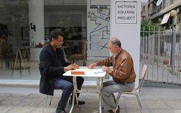 Δεν μιλούν την ίδια γλώσσα, αλλά τι τους εμποδίζει να παίξουν μια παρτίδα τόμπολα; Ο Ρικ από το Χιούστον και ο Μάριος από τα Τίρανα «συναντήθηκαν» στην πλατεία Βικτωρίας, στο πλαίσιο της documenta 14.