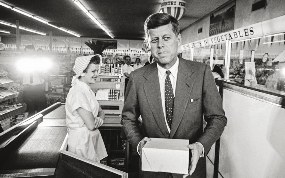 Ο Τζον Κένεντι σε σούπερ μάρκετ της Δυτικής Βιρτζίνια τον Απρίλιο του 1960. Η προεκλογική του καμπάνια είχε μόλις ξεκινήσει.