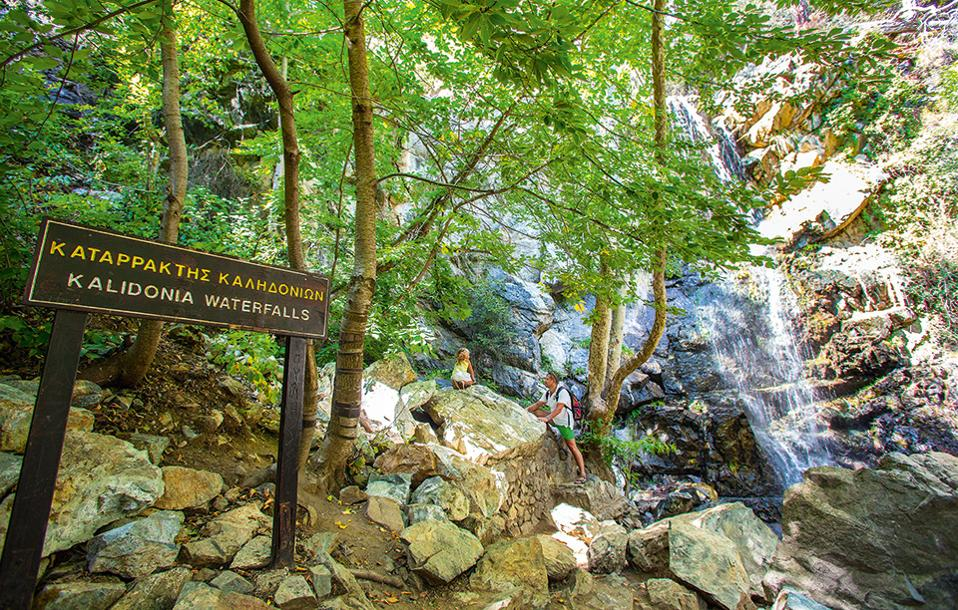 Στον καταρράκτη των Καληδονίων, κοντά στις Πλάτρες, το νερό πέφτει από ύψος 12 μέτρων, δημιουργώντας ένα υπέροχο φυσικό τοπίο. (Φωτογραφία: www.visitcyprus.com/ΑΓΗΣ ΑΓΗΣΙΛΑΟΥ)