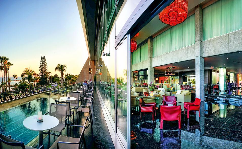 Το Amathus Beach Hotel αποτελεί μοναδικό δείγμα κυπριακού μοντερνισμού. (Φωτογραφία: ΚΛΑΙΡΗ ΜΟΥΣΤΑΦΕΛΛΟΥ)