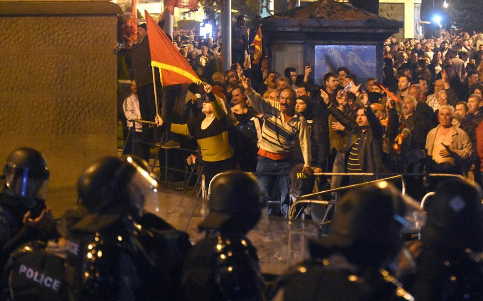 Στους δρόμους παραμένουν φανατικοί οπαδοί του Γκρούεφσκι, οι οποίοι εμφανίζονται αποφασισμένοι να μην επιτρέψουν τη σύγκληση του Κοινοβουλίου υπό τον Αλβανό Ταλάτ Τζαφέρι.