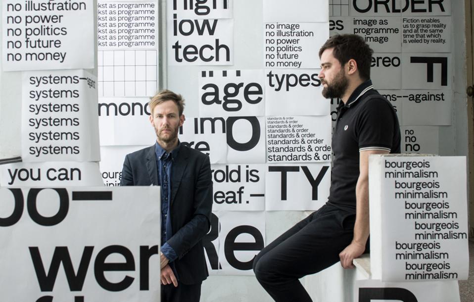 O Τζόσουα Ολστχορν (αριστερά) και ο Κώστας Βλαχάκης σχεδιάζουν με κύριο όχημα την τυπογραφία, που αποτελεί νοηματικό και εικαστικό στοιχείο της προσέγγισής τους.