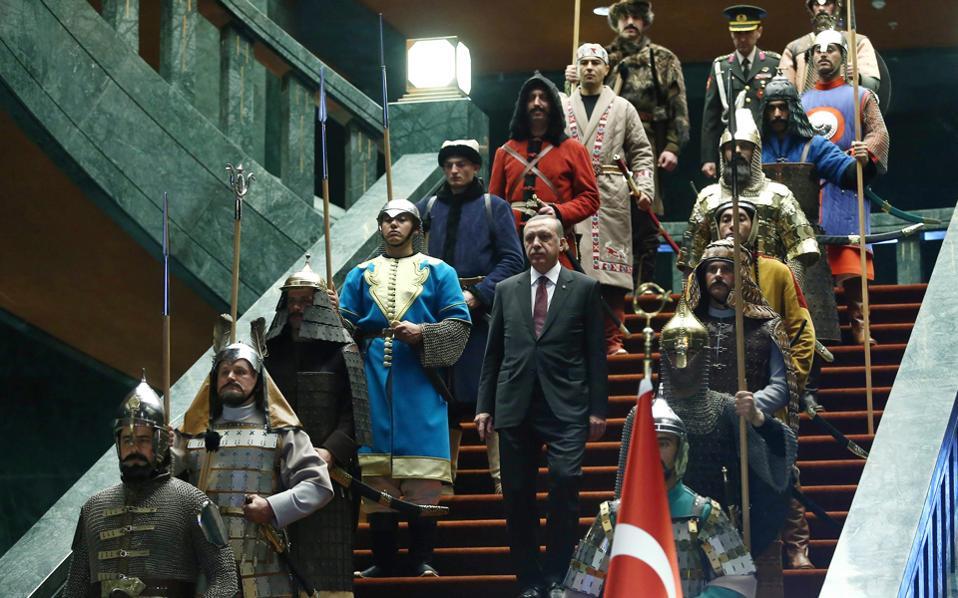 Ο Ερντογάν στρέφεται στον αυταρχισμό και στον απόλυτο έλεγχο της χώρας.