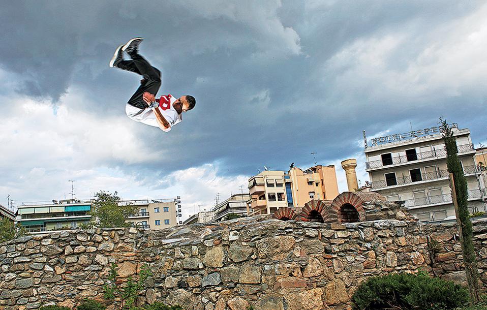 Παρκούρ στα παλαιοχριστιανικά τείχη, στην πλατεία Μπλάνα. (Φωτογραφίες: NIKOΣ ΚΟΚΚΑΣ)