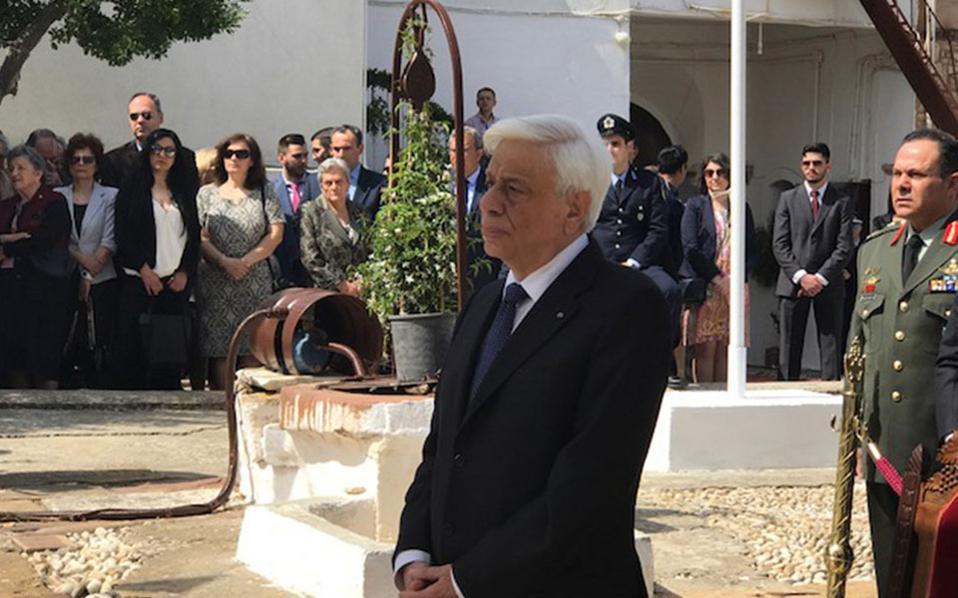 Ο ΠτΔ παρακολουθεί το τρισάγιο στη Μνήμη των σφαγιασθέντων Ελλήνων στη Χίο από τους Τούρκους.