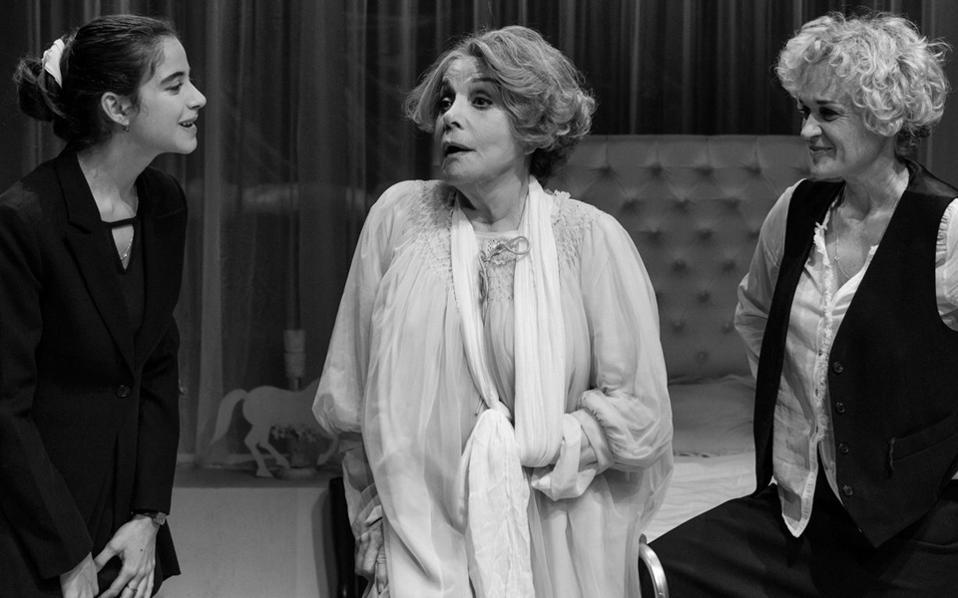 Οι πρωταγωνίστριες του έργου «Τρεις ψηλές γυναίκες», σε σκηνοθεσία Αρη Τρουπάκη.