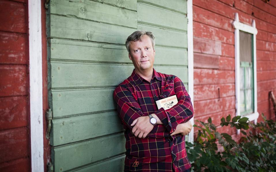 O Σουηδός συγγραφέας Γιούνας Γιούνασον ολοκλήρωσε το πρώτο του μυθιστόρημα σε ηλικία 46 ετών. Εκτοτε, τα βιβλία του έχουν μεταφραστεί σε 45 γλώσσες και έχουν πουλήσει πάνω από 10 εκατ. αντίτυπα παγκοσμίως.