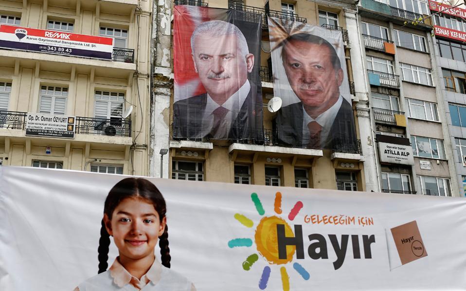 Τεράστιες φωτογραφίες του προέδρου Ερντογάν και του πρωθυπουργού Γιλντιρίμ και ένα πανό που γράφει «Ψήφισε για το μέλλον μου Οχι» σε κτίριο της Κωνσταντινούπολης.