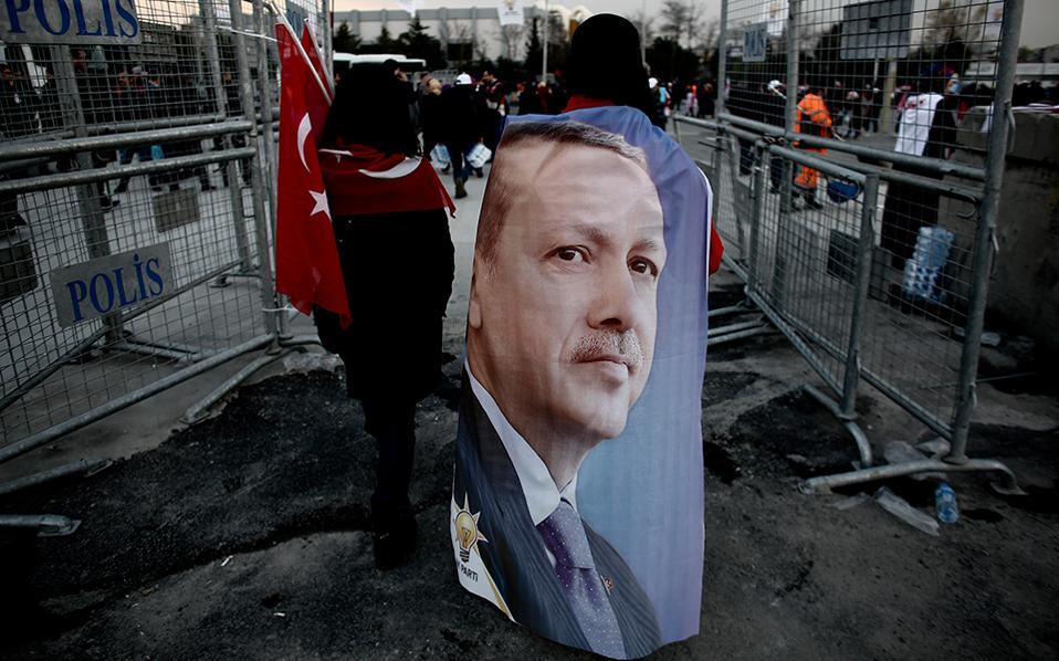 Χιλιάδες υποστηρικτές του Ερντογάν συγκεντρώθηκαν το περασμένο Σάββατο στην Κωνσταντινούπολη. © Κώστας Τσιρώνης, Reuters