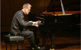 Ο πιανίστας Ούβε Μάτσκε ερμήνευσε έργα Σούμπερτ και Μπραμς, τονίζοντας τη ρωμαλέα όψη της μουσικής (φωτ.: Χ. Ακριβιάδης)