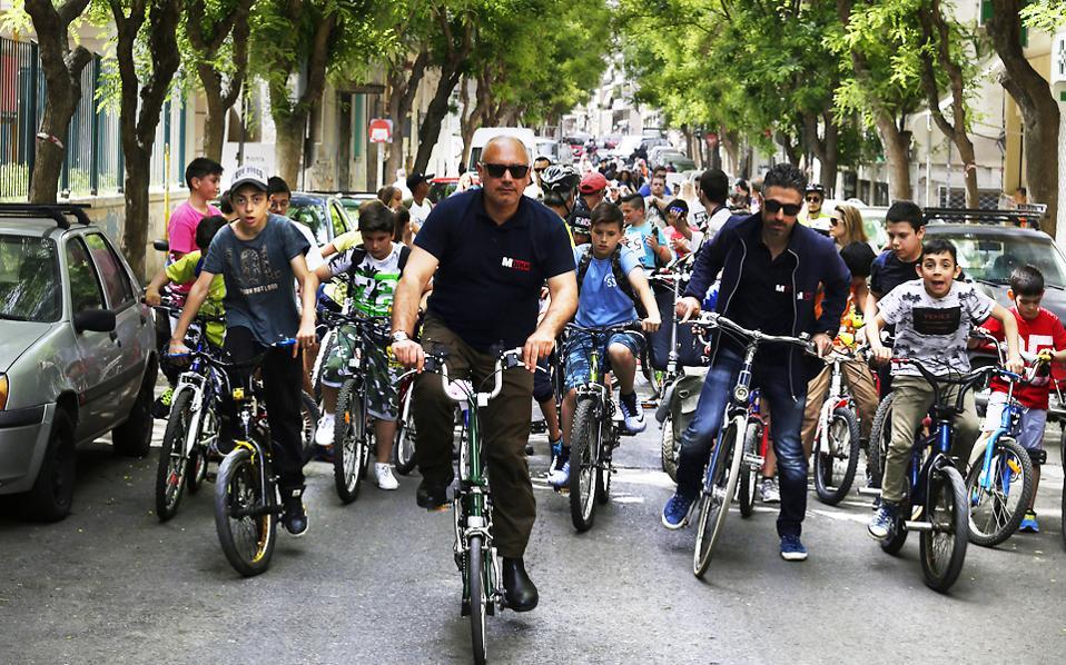 Ο Σπύρος Παπαγεωργίου (στο κέντρο), ιδρυτικό μέλος του «Πόλεις για Ποδήλατο» και εκδότης του MBike, μαζί με μικρούς και μεγάλους ποδηλάτες στη Μιχαήλ Βόδα με την ωραία δενδροστοιχία.