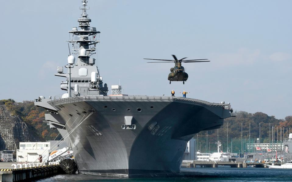 Ελικόπτερο προσνηώνεται στο μεγαλύτερο πλοίο του ιαπωνικού πολεμικού ναυτικού, το ελικοπτεροφόρο «Izumo», στη ναυτική βάση της Γιοκοσούκα. Το «Izumo» διατάχθηκε να συνοδεύσει αμερικανικό σκάφος ανεφοδιασμού, μέλος της αρμάδας του αεροπλανοφόρου «Carl Vinson», που κατευθύνεται προς την κορεατική χερσόνησο.
