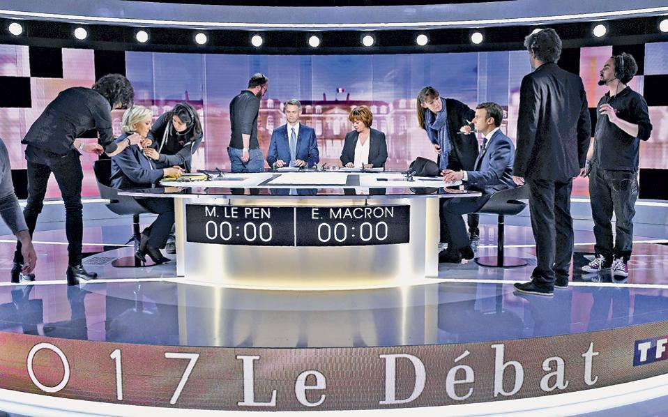 Οι έντονες αντιπαραθέσεις και οι εκατέρωθεν επιθέσεις χρωμάτισαν το χθεσινοβραδινό ντιμπέιτ των δύο υποψηφίων για τη γαλλική προεδρία, του κεντρώου Εμανουέλ Μακρόν και της ακροδεξιάς Μαρίν Λεπέν, που εξελίχθηκε σε σύγκρουση δύο διαφορετικών κόσμων. Ο Μακρόν υπερασπίστηκε τις κατακτήσεις της Ε.Ε. και την παγκοσμιοποίηση και κατηγόρησε την αντίπαλό του ότι «λέει ψέματα». Η Λεπέν έβαλε κατά της Ευρώπης, ανακοινώνοντας ότι θα κάνει δημοψήφισμα για την παραμονή στην Ε.Ε., και υποστήριξε τον «οικονομικό πατριωτισμό».