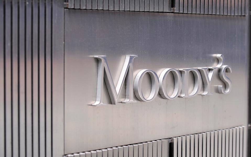 Σύμφωνα με τη Moody's τα πρωτογενή πλεονάσματα τα έτη 2017 και 2018 θα κινηθούν στο 2,5%, έναντι στόχου της κυβέρνησης για 2% του ΑΕΠ φέτος και 3,5% του ΑΕΠ το 2018.