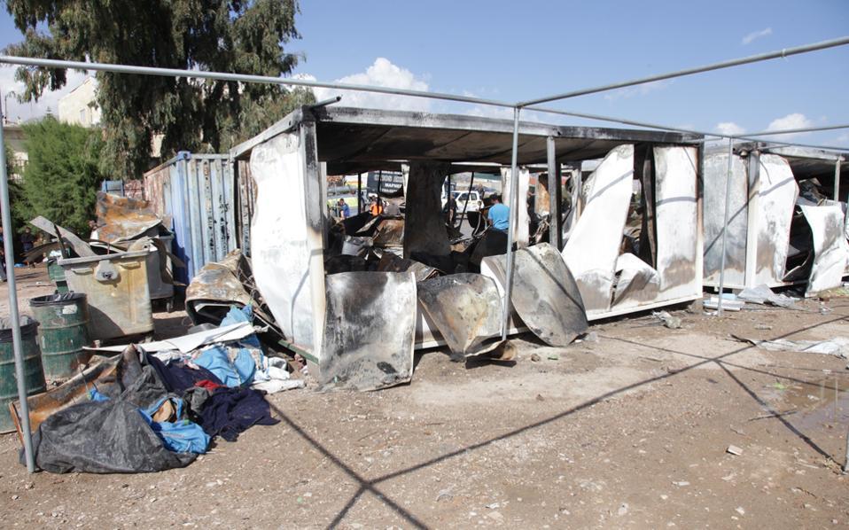 Καμένα κοντέινερ από παλαιότερη πυρκαγιά στον καταυλισμό της Σούδας στη Χίο. Επτά προσαγωγές και μία σύλληψη πραγματοποίησε η αστυνομία μετάτα προχθεσινά επεισόδια.