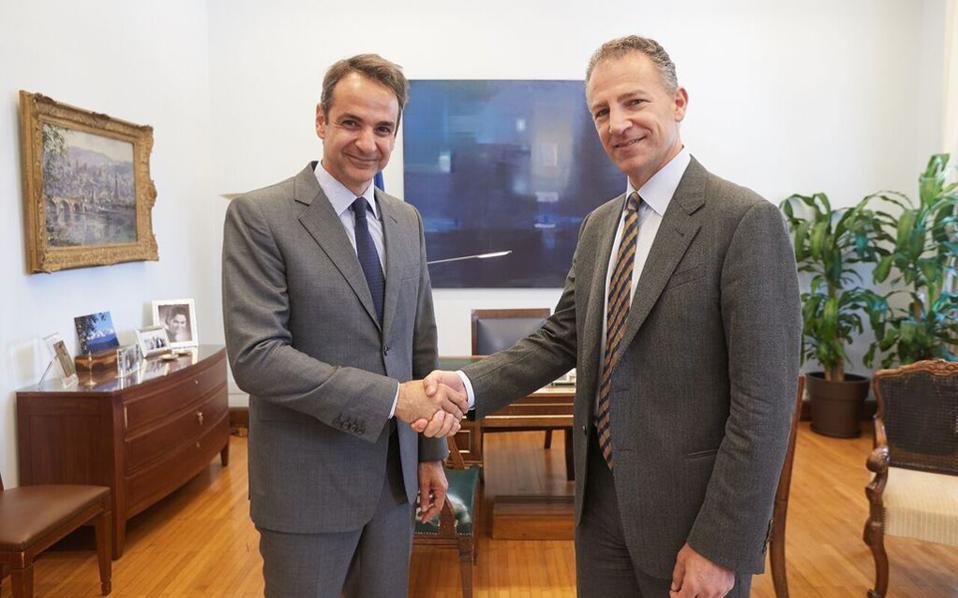 Θερμή χειραψία του προέδρου της Νέας Δημοκρατίας Κυρ. Μητσοτάκη με τον αρμόδιο για τις ευρωπαϊκές υποθέσεις αναπληρωτή βοηθό υπουργό Εξωτερικών των ΗΠΑ Τζόναθαν Κοέν.