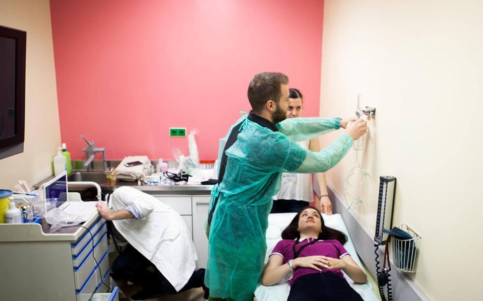 Σενάριο τηλεοπτικών σειρών, τύπου «Grey's Anatomy», θυμίζουν τα σεμινάρια «ABCS3 - Applied Basic Clinical Seminar with Scenarios for Students» για τους φοιτητές Ιατρικής του ΑΠΘ. Στόχος των σεμιναρίων, η εξοικείωση των εκκολαπτόμενων γιατρών με την πίεση των έκτακτων περιστατικών και η ανάπτυξη ανακλαστικών γρήγορης διάγνωσης. Η οξύτητα της κάθε περίπτωσης, μάλιστα, αποδόθηκε με «ανοικτές πληγές», «αιματοβαμμένα» πόδια, «ασθενείς» που σφάδαζαν από πόνους στην κοιλιά ή στον θώρακα.